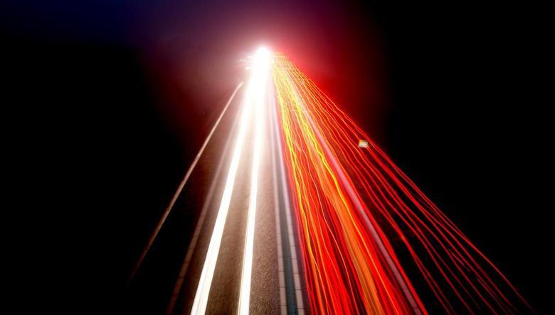 Auto's gefotografeerd vanaf viaduct - Foto is genomen vanaf een viaduct. Camera stond op een klein statiefje.