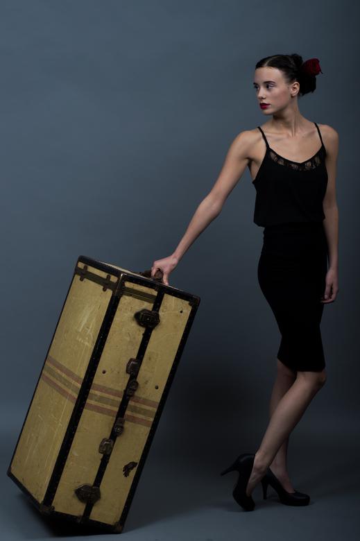 Vrouw met grote koffer - Studio werk