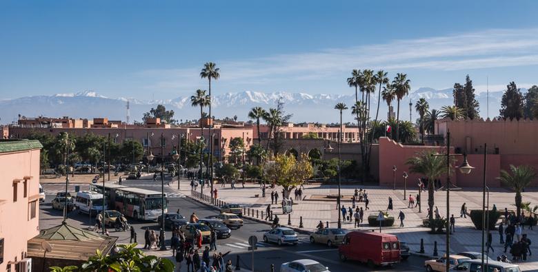 Marrakesh Atlas 1 - De drukke straten van Marrakesh, Marokko. Op de achtergrond is het Atlasgebergte duidelijk te zien en zorgt voor een plaatje dat e