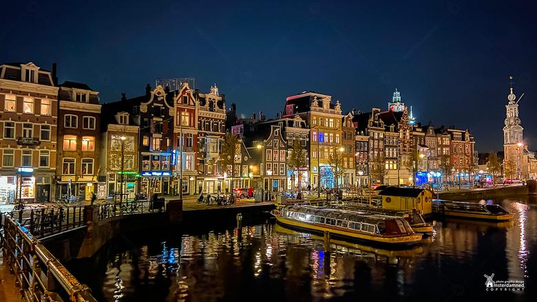Amsterdam - De grachtenpanden langs de Amstel met aan de rechterkant de Munttoren.<br /> <br /> De Munttoren, ook wel De Munt genoemd, heet officiee