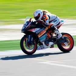 Vrouwelijke motorcoureur