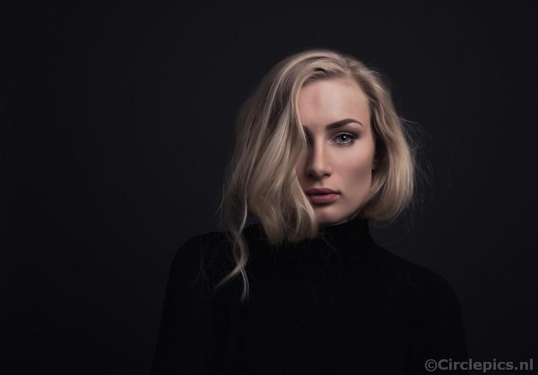 Megan - Tegen mijn gewoonte in dit keer met slechts 1 flitser aan de slag in de woonkamer/studio. <br /> <br /> Model: Megan Rianna