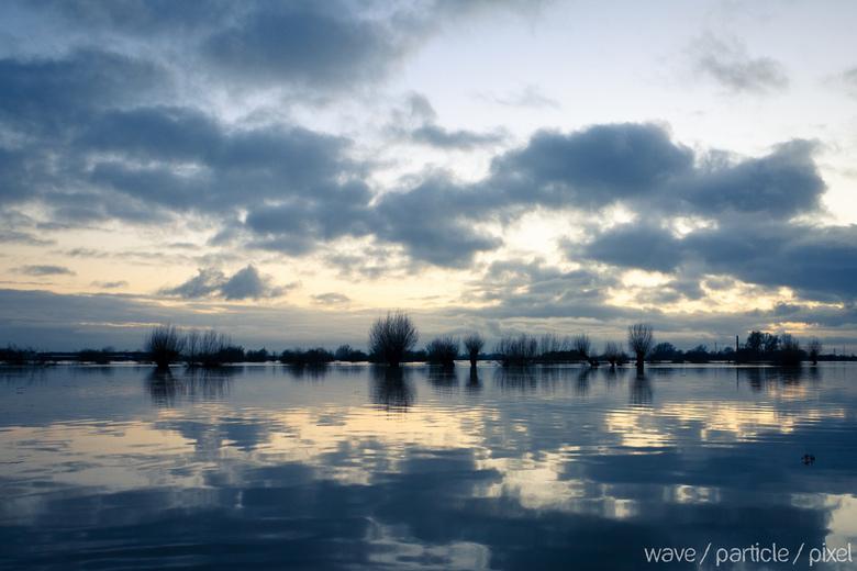 Ondergelopen Uiterwaarden - Met het hoge water begin dit jaar moesten de uiterwaarden van de Rijn aan het werk. Dit leverde bij zonsondergang mooie pl