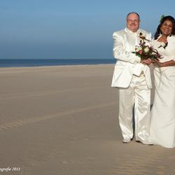Bruidspaartje op het strand