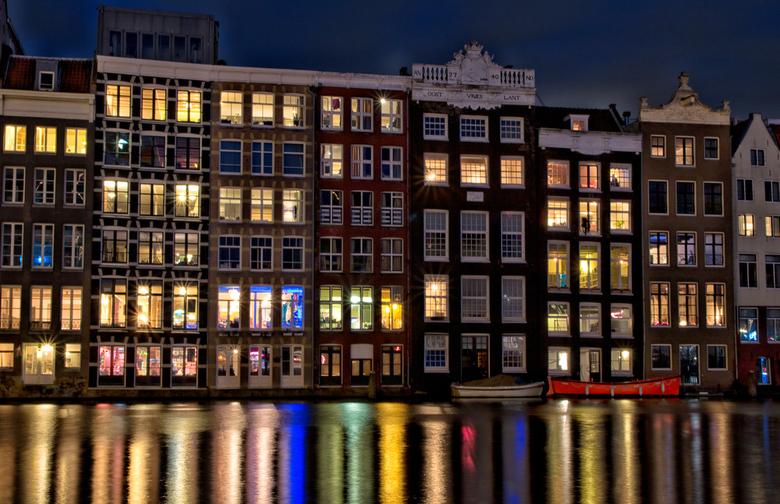 Damrak - Voor het werk een aantal dagen in Amsterdam doorgebracht. Om van een nood een deugd te maken de camera meegenomen en op een avond een wandeli