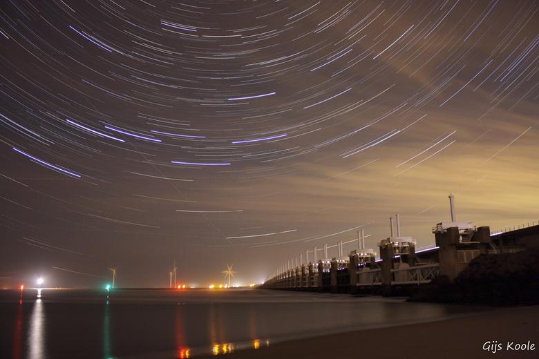 Stormvloedkering bij nacht - Sterrensporen fotografie van de stormvloedkering in Zeeland.