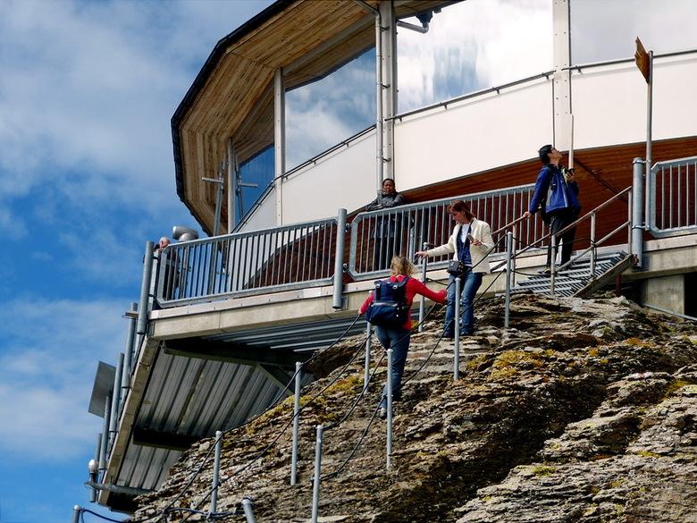 Schilthorn Zwitserland. - Op de Schilthorn bevindt zich het panoramarestaurant Piz Gloria dat op zonne-energie in een uur om zijn eigen as draait.<br
