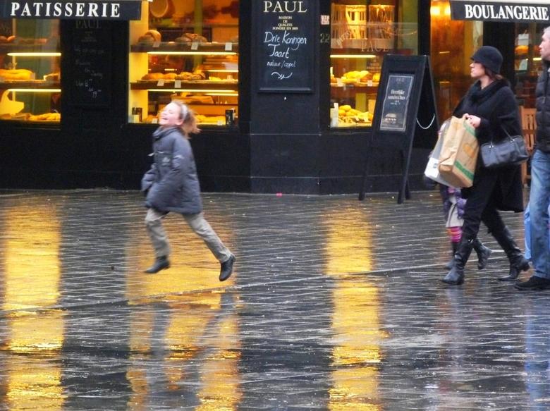 Vrolijk - Afgelopen weekend in Antwerpen geweest. Het regende zo nu en dan flink, dus er was veel gelegenheid om te spelen met spiegelend plaveisel.<b