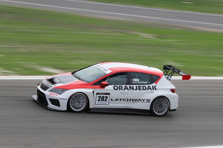 Seta Leon Cupracer - Seat Leon cupracer op circuit in Assen tijdens de finaleraces.