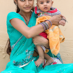 moeder met kind in Rishikesh