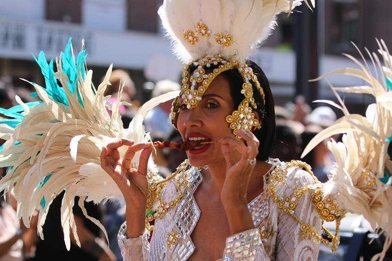 Zomer Carnaval - Tijdens de optocht is er natuurlijk ook wel tijd voor een tropische lekkernij