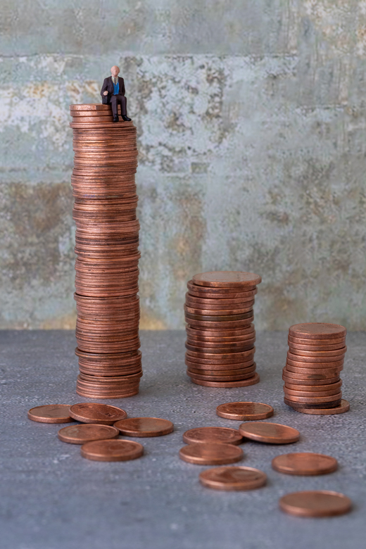 Hij zit op z'n geld - Macrofotografie met behulp van miniatuurfiguurtje. De onder- en achtergrond heb ik op het internet gevonden en afgedrukt op foto