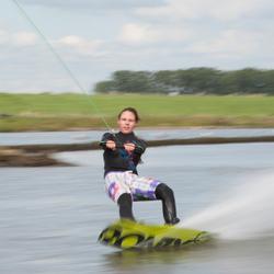 Wakeboardster raast over het water