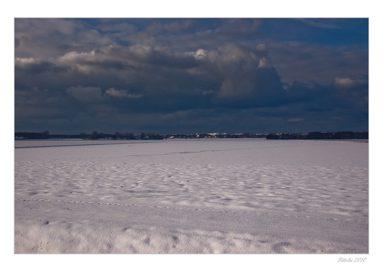 sneeuw, lucht en..  duinen - Alles wit van de sneeuw om ons heen.<br /> Lekkere vrieskou en dan een stuk lopen over een dijk waar je dan in de zomer