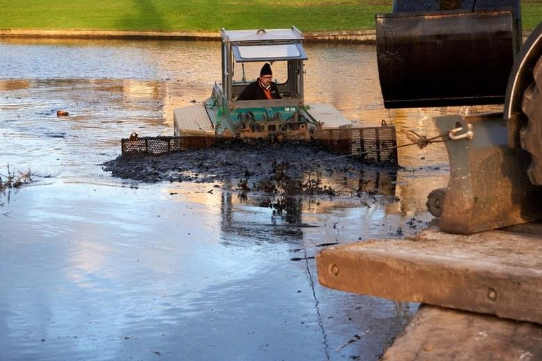 Baggerwerk in de wijk (1) - Deze boot 'veegt' alle bagger van de bodem bij elkaar zodat het met een kraan in de vrachtwagen gestort kan word