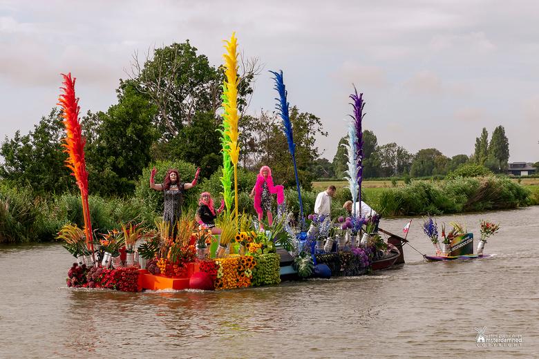 Varend Corso Westland 2019 - Boot 18 van de Gemeente Den Haag met als thema Regenboogstad. <br /> <br /> De Haagse corsoboot is een kleurrijk geheel