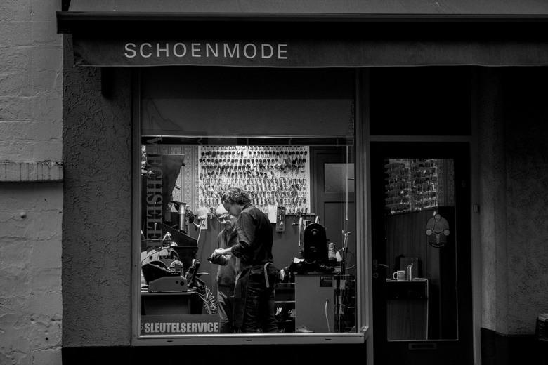 Jong geleerd is oud gedaan.. - Al wandelend door Valkenburg kwam ik langs Schoenmode Wechseler waar ik ineens dit zag en fotografeerde:<br /> <br />