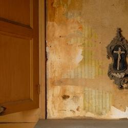 kruisbeeld in verlaten huis