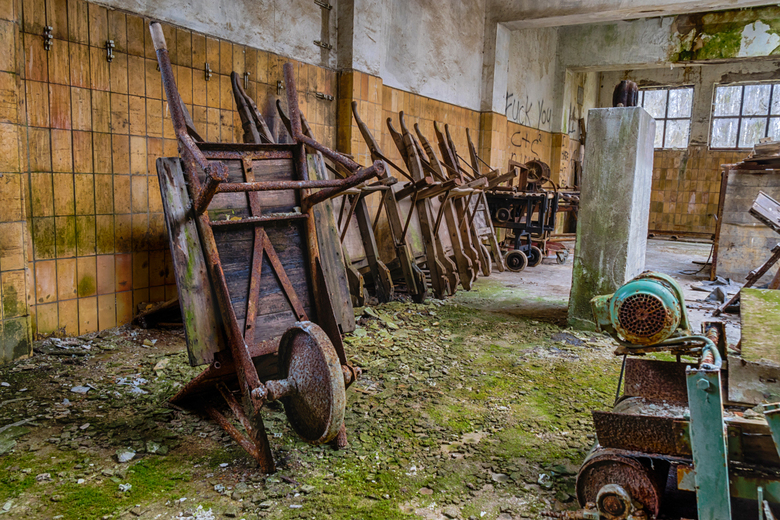 Kruiwagens - Een rijtje kruiwagens in een oude fabriek. Ik heb 3 foto's gebruikt voor een HDR bewerking. Ik heb geprobeerd om het zo natuurlijk m