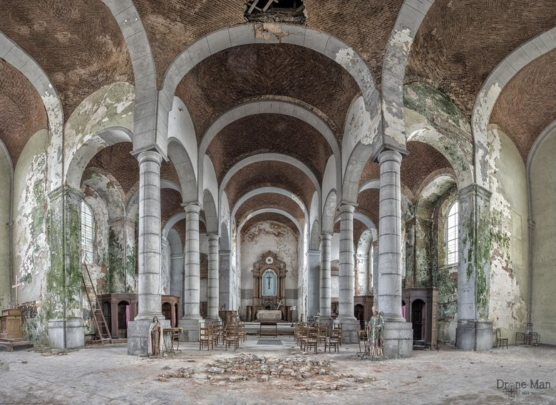 Kerk in verval... - Prachtige kleuren van schimmels, verrotting en afbladderend stucwerk in dit beeldschone kerkje.