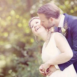 Bruidspaar in de zomerzon
