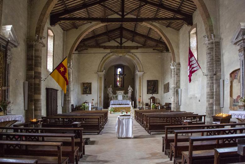 Italië 47 - Ergens in Toscane een kerkje van binnen.....