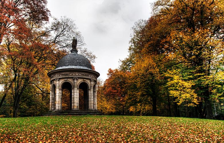 Colors of autumn [HDR] - De temperaturen zijn nog wat hoog,toch veranderen bomen in de mooiste kleuren.<br /> Het is herfst!