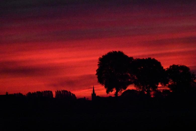 Ochtendgloren - Bijzonder rood ochtendlandschap om 6.30 uur (onbewerkt)