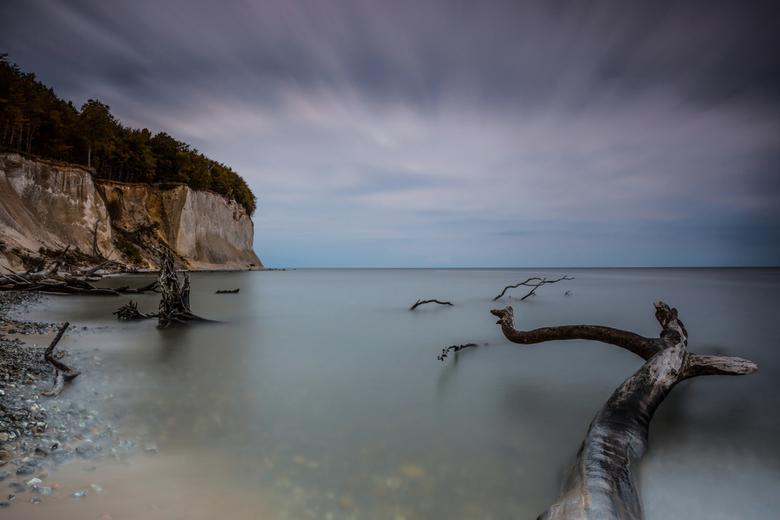 Welk land? - De kust was bezaaid met bomen, die door erosie naar beneden waren gevallen.<br /> Om rust in de foto te verkrijgen ben ik op een van de