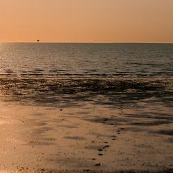 zon, zee,strand..als alle badgasten weg zijn, komt de fotograaf