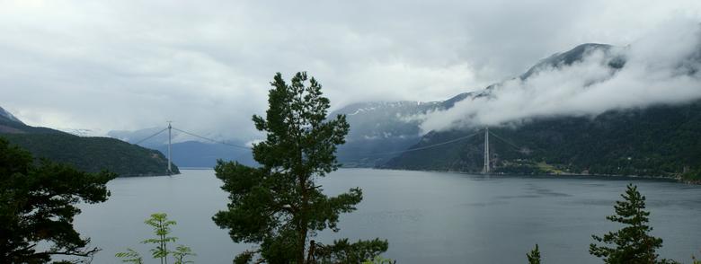 Hardangerfjord - Hangbrug in aanbouw over Hardangerfjord, Noorwegen