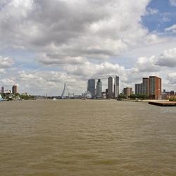 De Noordelijke en de Zuidelijke oever van Rotterdam verenigd door bruggen en een tunnel.