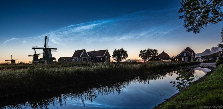 Lichtende Nachtwolken met reflectie Zaanse Schans - Lichtende Nachtwolken komen voor in de periode rond de langste dag van het jaar.<br /> Mooie held