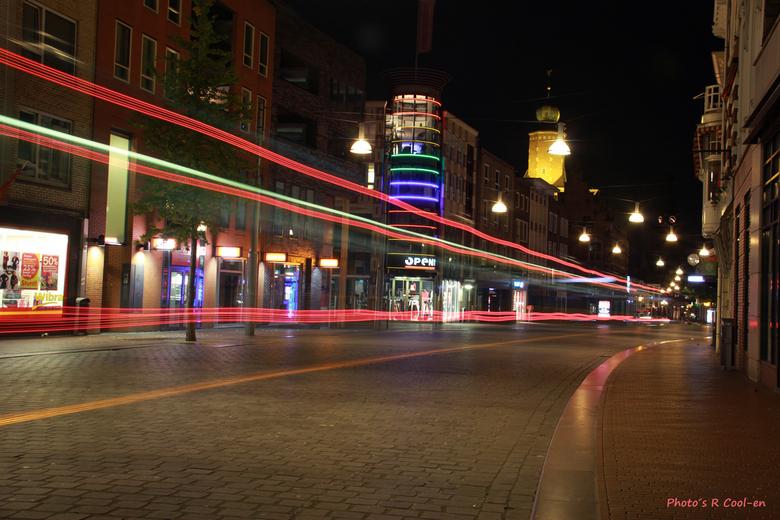 Neonkleuren door Nijmegen - Na een bezoekje aan Oddstream zijn evhfotogratie en ik nog even door de stad rondgelopen.<br /> Hier rijdt net een bus vo