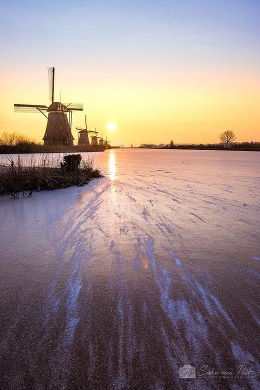 Kinderdijk - Nog een foto van mijn ijskoude trip naar de molens van Kinderdijk.<br /> Om als fotograaf het mooiste licht op de mooiste plekken vast t