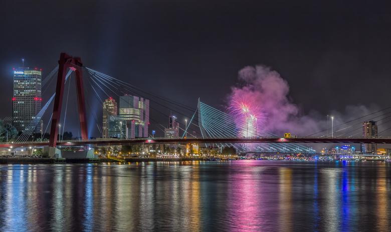 Terugblik 2013 - slot - Met deze foto van het vuurwerk tijdens de Wereldhavendagen in Rotterdam sluit in mijn terugblik op 2013. <br /> Iedereen beda