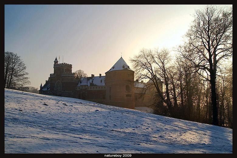 Ontnevelde trots - De diepere dalen achter het kasteel ontsluieren langzaam maar zeker het landschap...een mooi moment om het kasteel in het nog geslu