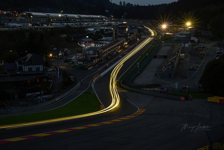Circuit avondopname - Lichtstrepen op het circuit