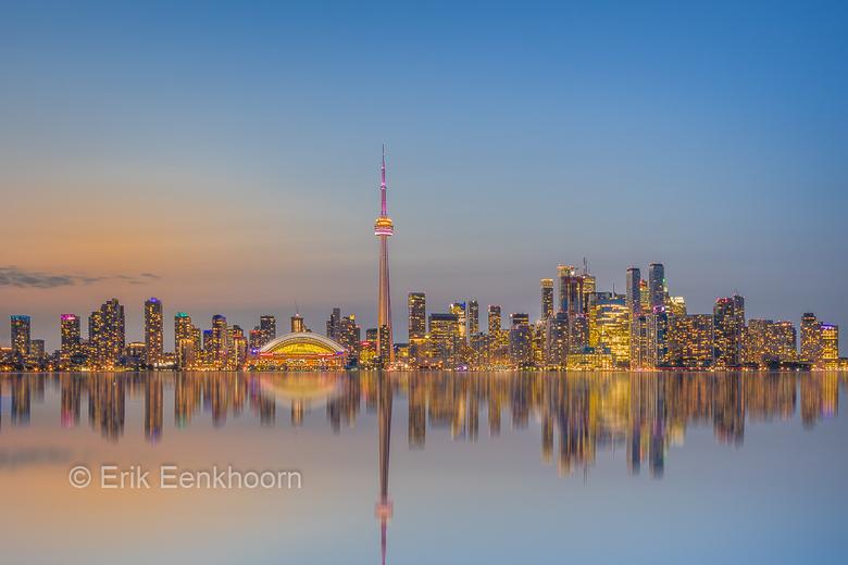 Skyline Toronto (ON) - In Canada is het na zonsondergang veel sneller donker dan in Nederland. Deze foto is gemaakt in de schemering, die eigenlijk ge