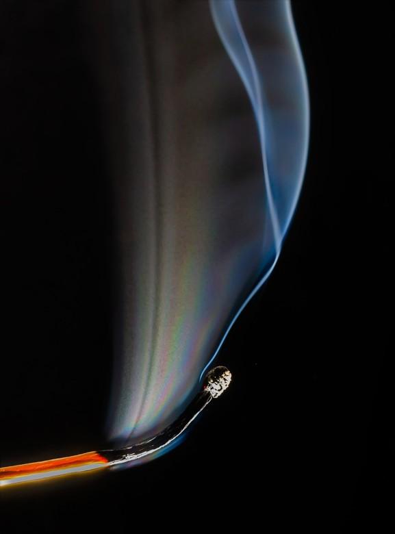 smoke and matches - Weer inspiratie opgedaan en bezig geweest met lucifers en een macrolens.