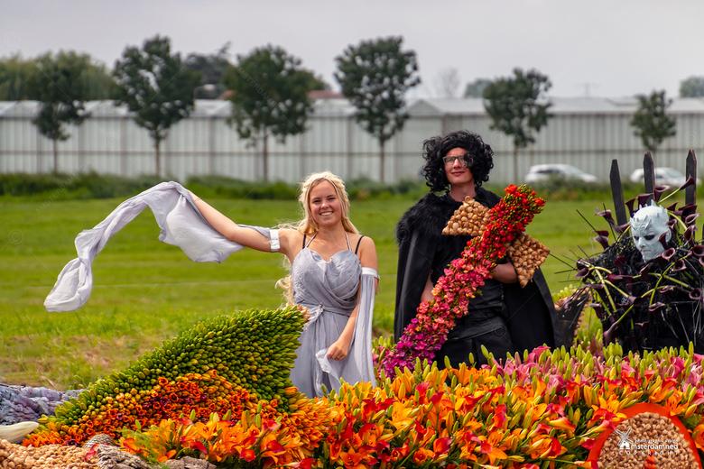 Varend Corso Westland 2019 - Boot 36 van Van den Bos FlowerBulbs met als thema Game of Thrones.<br /> <br /> Van den Bos Flowerbulbs vaart voor het
