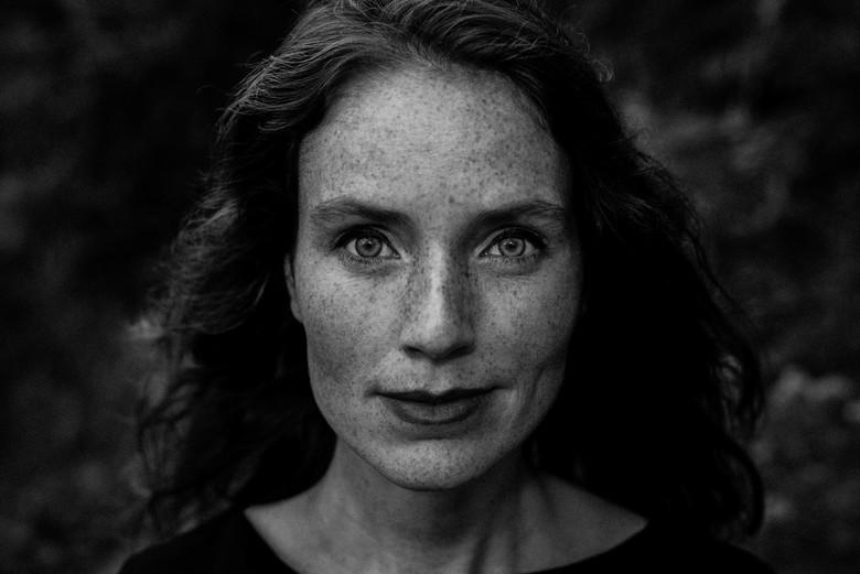 Look into my eyes - Om te oefenen met portretten gevraagd of mijn vrouw een keer model wilde staan. Buiten in natuurlijk licht (met behulp van een inv