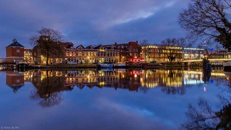 Trompkade in het blauwe uurtje - Uitzicht op de Trompkade. Rechts zie je een glimp van de Oosterpoort. Genomen in de Oosterhaven, Groningen.<br />