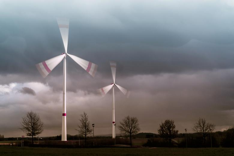 De storm het hoofd bieden - Ondanks de storm bleven de windmolens in bedrijf.