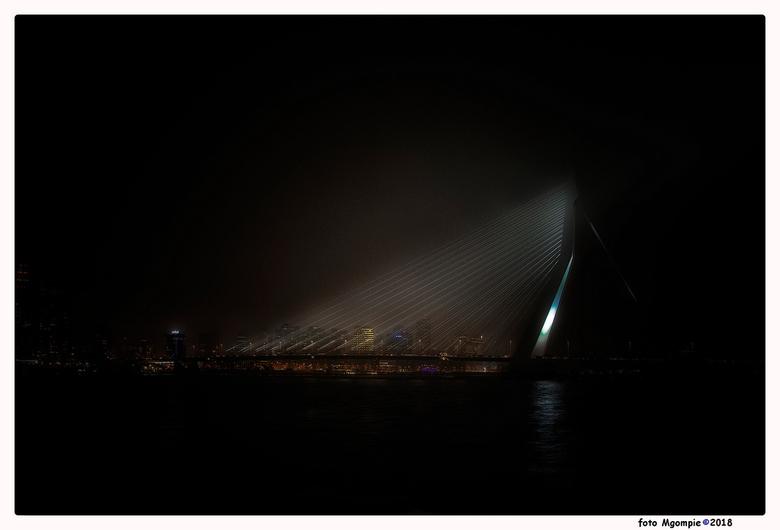 Erasmus - Natuurlijk niet  de eerste foto en ook niet de laatste van deze fraaie brug. Vrij donker gehouden om het effect van de brug op zich te verst