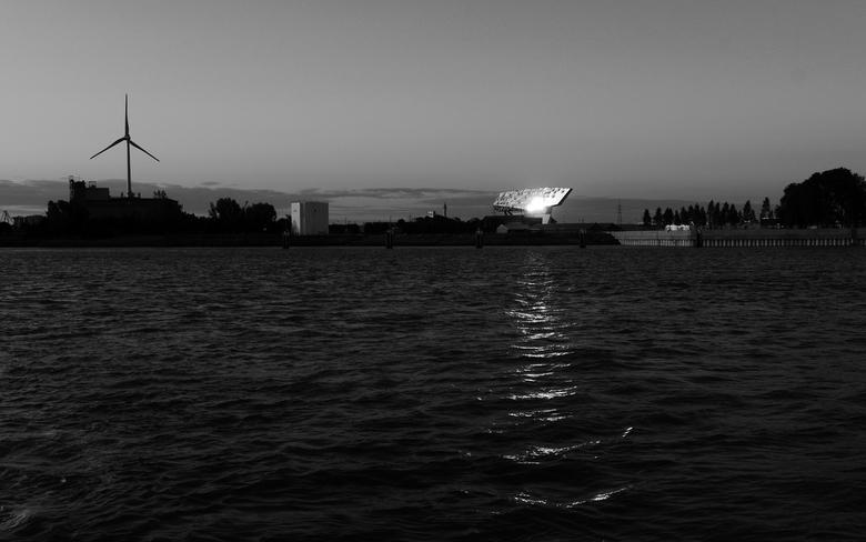 Shine like a Diamond... - Antwerpen - Zich op het havenhuis vanaf de schelde (waterbus).