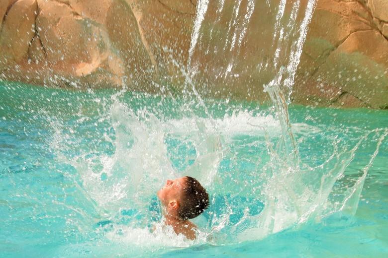 Plons - Waterpret in het zwembad. Een prachtige plons.