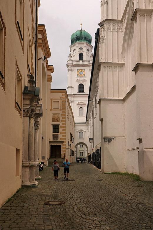 Passau Duitsland. - Straatje naar de Dom Stephan toe.<br /> <br /> 2 juni 2018.<br /> Groetjes Bob.