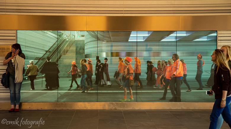 Station Zwolle - Wanneer je bij het overstappen de trap afloopt kom je in de gang van het station en zie je aan het eind van deze gang dit grote raam