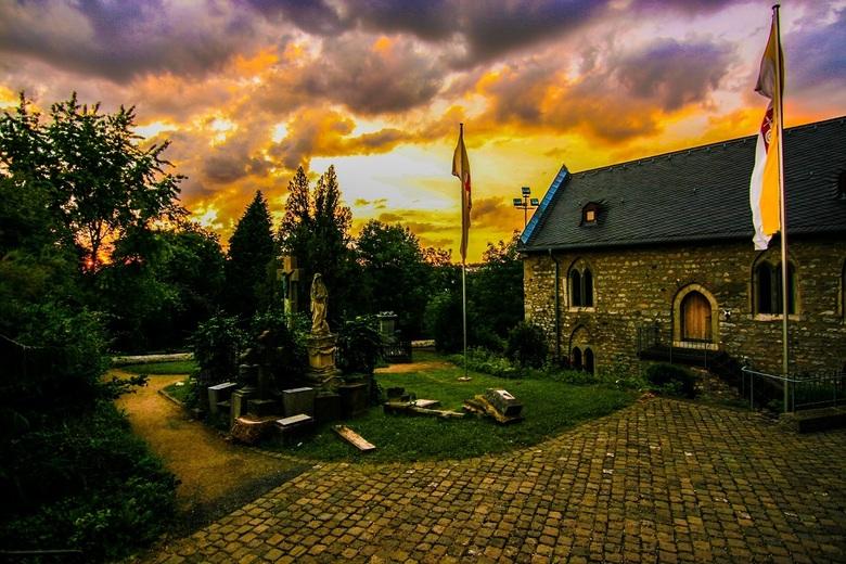 Begraafplaats - Limurg an Lahn in Duitsland. Tijdens de zonsondergang.